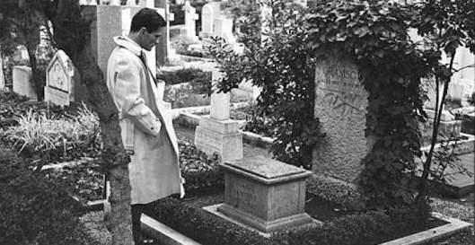 Pasolini sulla tomba di Gramsci.